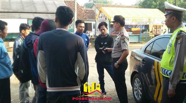 Kapolsek Setu AKP Agus Rohmat saat memberi himbuan pada para Bobotoh sebelum berngkat ke Bandung.[IMA]