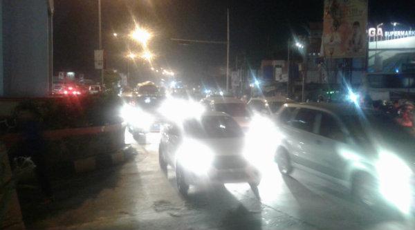 Kepadatan lalu lintas di ruas wilayah Setu pada puncak arus balik pada Minggu (10/7/2016) malam.[RAD]