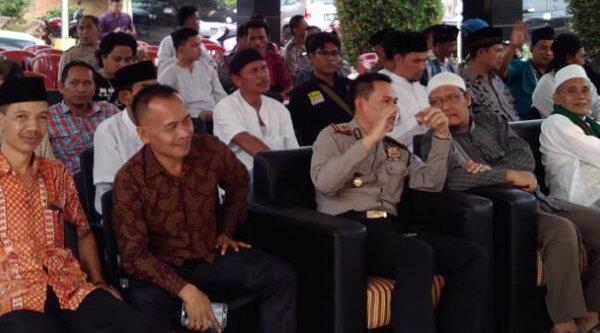 Kapolsek Setu AKP Agus Rohmat bersama masyarakat Setu, Kabupaten Bekasi.[SOF]
