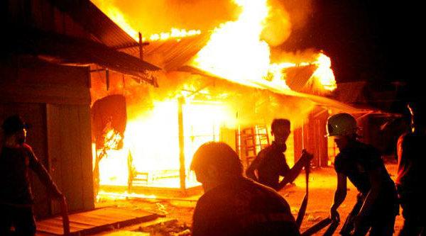 Upaya memadamkan api.[DOK]