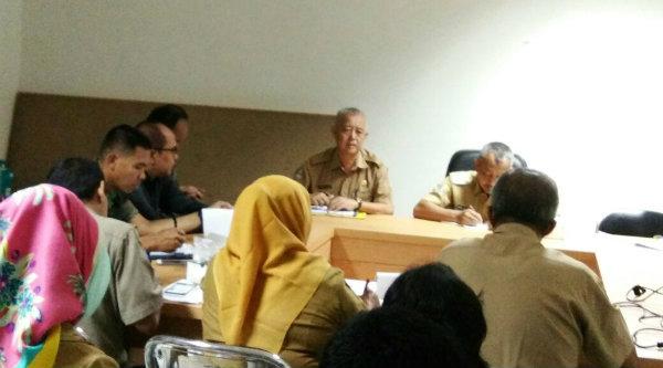 Wakil Walikota Bekasi H Ahmad Syaikhu didampingi Kepala Kesbangpol Momon Sulaeman.[IDH]