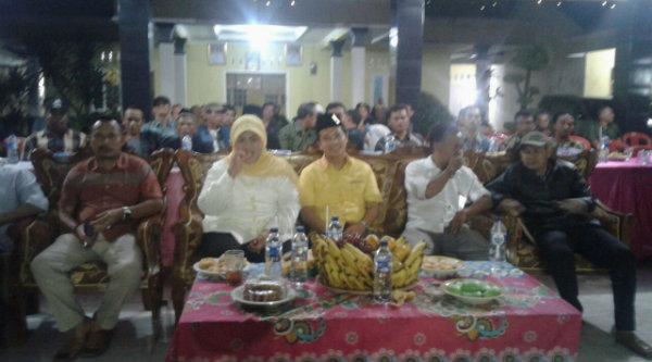 Bupati Bekasi Hj Neneng Hasanah Yasin menghadiri acara wayang goleh di Balai Desa Cibening, Setu, Kabupaten Bekasi, Rabu 24 Agustus 2016 malam.[RAD]