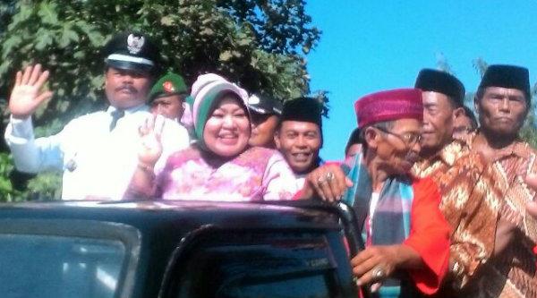 Kades Burangkeng, Nemin Bin H Sain bersama istri saat diarak pada karnaval HUT RI.[IDH]