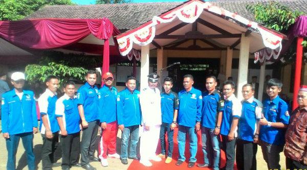 Kades Burangkeng, Nemin, bersama para tokoh pemuda Desa Burangkeng.[IDH]