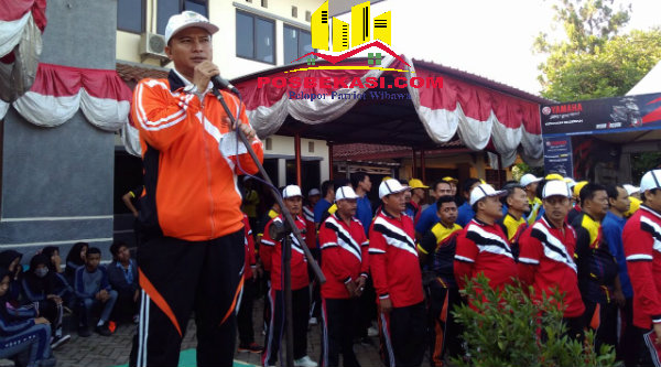 Camat Setu H Adeng Hudaya melepas peserta gerak jalan sehat, Rabu (10/8/2016).[IMH]