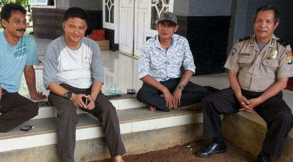 Camat Setu Adeng Hudaya saat melakukan sambaing kampung, Sabtu 20 Agustus 2016.[RAD]
