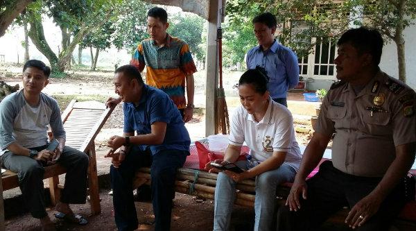 Camat Setu Adeng Hudaya saat turun langsung menemui warga Kampung Sawah, Sabtu 20 Agustus 2016.[RAD]