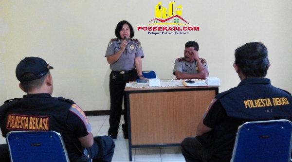 Kanit Binmas Polsek Setu Iptu Desy Yulhasri saat menyampaikan keadaan Kamtibmas di wilayah Kecamatan Setu, Kabupaten Bekasi.[YAN]