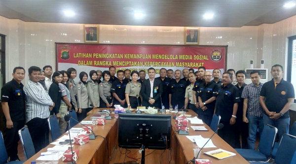 Kasubag Humas Polresta Bekasi AKP Endang Lola dan nara sumber Dr (C) Bayu Suseno bersama para peserta pelatihan peningkatan kemampuan mengelola media sosial (medsos) untuk menciptakan kepercayaan masyarakat pada Polri.[PRJ