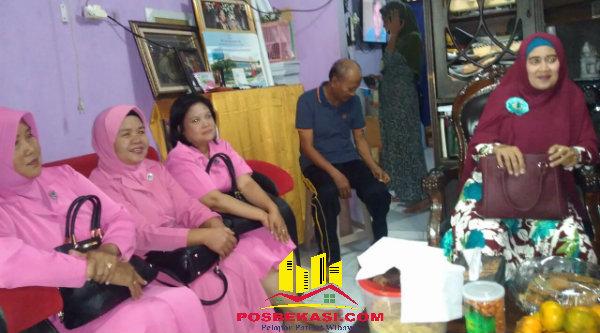 Istri Wakapolsek Setu Iptu Yamin dan para Bhayangkari Polsek Setu saat membesuk Kanit Lantas Setu Ipda Hery Setiawan.[IMH]