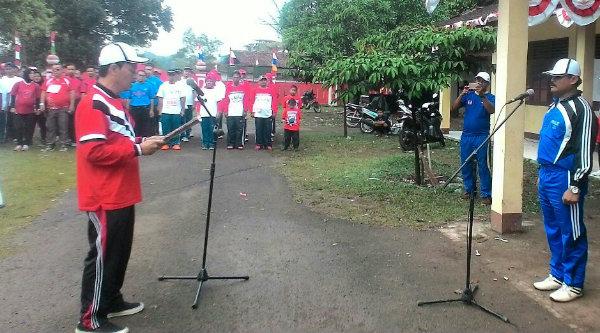 Kepala Desa Burangkeng, Nemin Bin Sain, saat memimpin apel lomba gerak jalan menyambut HUT RI ke-71 dan Hari jadi Kabupaten Bekasi ke-66, dihalaman Balai Desa Burangkeng, Minggu 14 Agustus 2016.[IDH]