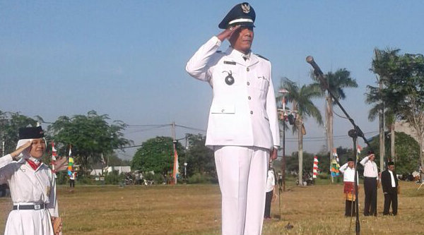 Kepala Desa Telajung, Samen,S.Sos, saat memimpin upacara HUT RI ke-71 dilapangan Graha Puri Asri Residence, pada Rabu 17 Agustus 2016.[IMA]