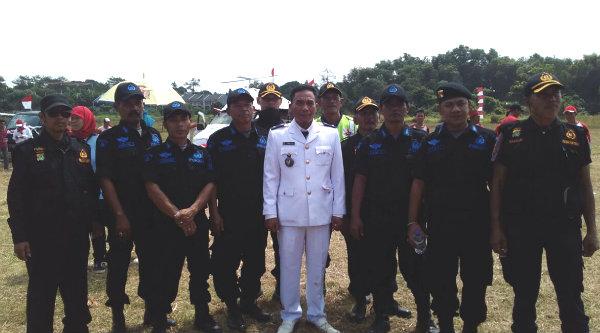 Kepala Desa Telajung, Samen,S.Sos, bersama Pokdar Kamtibmas Polsek Setu saat upacara  HUT RI ke-71 dilapangan Graha Puri Asri Residence, pada Rabu 17 Agustus 2016.[IMA]