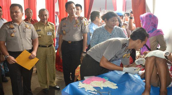 Kapolda Metro Jaya, Irjen Pol Moechgiyarto dan Wakil Walikota Bekasi H Ahmad Syaikhu, menghadiri acara baksos kesehatan HUT Bhayangkara Ke-70 di Mapolresta Kota Bekasi, Selasa (9/8/2016).[IDH]