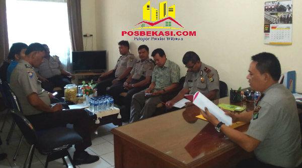 Kapolsek Setu AKP Agus Rohmat saat memberi arahan pada seluruh jajarannya guna mengantisipasi konflik social di Kecamatan Setu, Kabupaten Bekasi.[IDH]