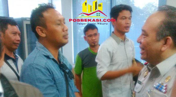 Kepala BPN Kabupaten Bekasi, Drs.Dirwan M Dahri saat menerima kedatangan warga Cijengkol guna menutut harga lahan pembebasan untuk pembangunan Jalan Tol Cimanggis-Cibitung.[RAD]