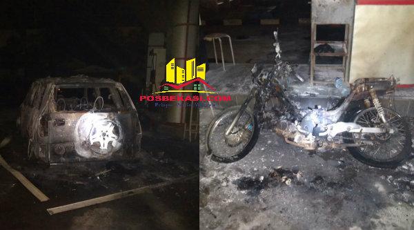 Mobil dan sepeda motor hangur terbakar di SPBU Desa Lubang Buaya, Setu, Kabupaten Bekasi, Senin 15 Agustus 2016.[IMA]