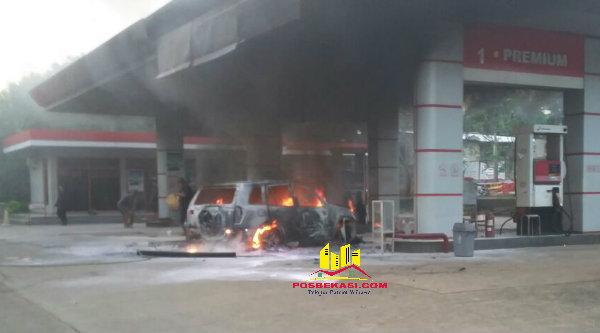 Mobil yang terbakar di SPBU Desa Lubang Buaya, Setu, Kabupaten Bekasi, Senin 15 Agustus 2016.[IMA]
