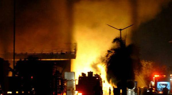 Api saat membara di pabrik kimia yang berlokasi di Kawasan Industri Deltamas.[FER]