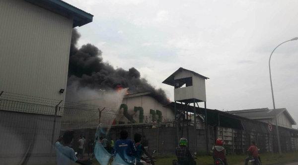 Pabrik Helm yang terbakar.[IST]