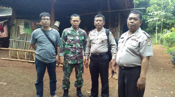 Pengamanan verifikasi pasnagan calon perorangan Pilkda Bekasi oleh aparat Polsek Setu dan Danrmil/06 Setu.[IMH]