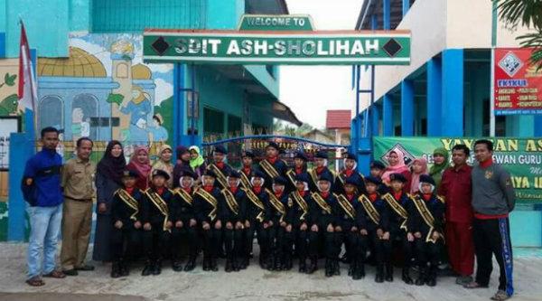 Pocil Polsek Tambelang merekrut para siswa siswi SD IT Ass-Sholiha.[IMA]