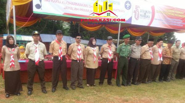 Para Pembina pramuka saat pembukaan Jambore Ranting Setu, dilapangan Rawa Taman Pasar Kojengkang, Cikarageman Setu, Kabupaten Bekasi, Jumat(12 /8/2016).[RAD]