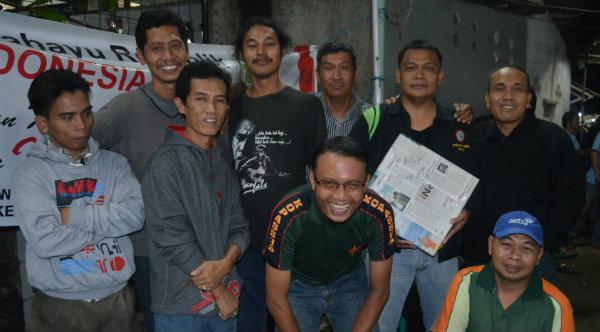 Mantan Ketua RT007 Adi Basuki bersama warga RT007 berfoto bersama setelah menerima hadiah juara pertama K3 di lingkungan RW013.[RAD]