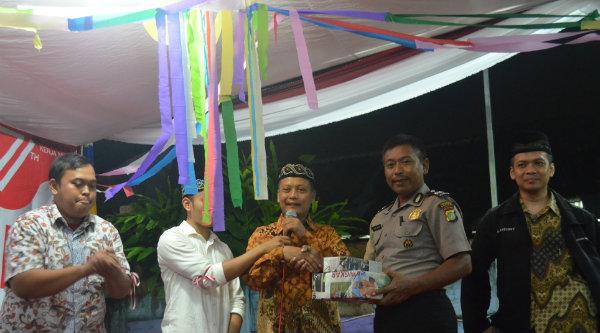 Ketua RT007 Aiptu Parjiman saat menerima hadiah jalan santai terfavorit dari Ketua RW013 Purnomo,SE, pada malam gebyar HUT RI ke-71 RW013.[RAD]