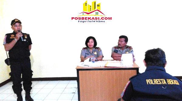 Ketua Pokdar Kamtibmas Setu, Riky, menyampaikan kegiatan Pokdar dalam membantu Kepolisian menjaga Kamtibmas.[YAN]