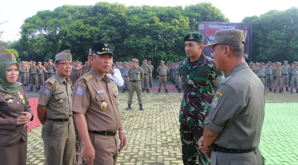 Walikota Bekasi, Rahmat Effendi, usai memimpin apel gabungan Satpol PP dan melepas peserta longmarch pembinaan Kesamaptaan Tahun 2016.[IDH]