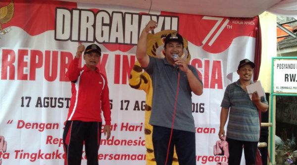 Lurah Cimuning Teguh Wicaksono saat memberi sambutan lomba sepeda hias tingkat RW 013 Perumahan Bekasi Timur Regensi, Minggu 28 Agustus 2016.[RAD]