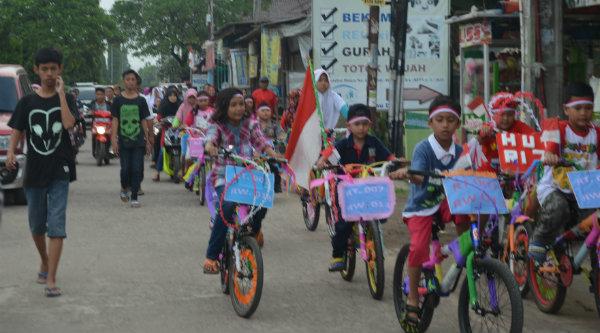 Peserta sepeda hias saat mengitari Perumahan Bekasi Timur Regensi, Minggu 28 Agustus 2016.[RAD]