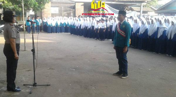 Kanit Binmas Polsek Setu Iptu Desy Yulhasri menjadi Pembina upacara Kesadaran Nasional di MTs Negeri Setu, Kabupaten Bekasi, Senin (1/8/2016).[RAD]