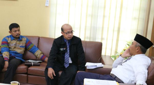 Walikota Bekasi, Rahmat Effendi, saat menerima Diru Bank BPRS Patriot.[IDH]