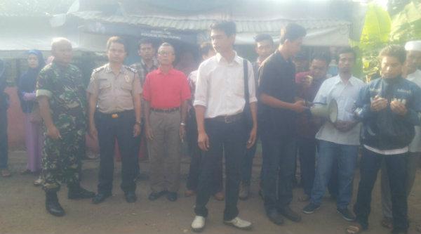 Binmaspol Desa Cijengkol dan Babinsa kawal warga Desa Cijengkol yang akan menemui Kepala BPN Kabupaten Bekasi di Cikarang, Rabu (3/8/2016).[SOF]