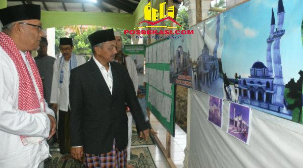 Wakil Walikota Bekasi H Ahmad Syaikhu Ketua DKM Masjid Baiturahman Hadi Rohadi, saat melihat foto rencana pembangunan masjid pada acara suling, Sabtu (13/8/2016).[IDH]