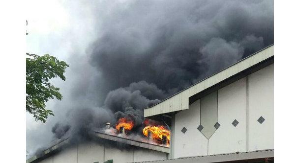 Kobaran api membesar membakar pabrik helm di Cikarang.[IST]