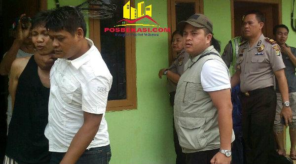 Suyanto alias Acong (kiri) pelaku pencurian kenderaan bermotor saat diamankan Polsek Setu dari rumah kontrakan di Kampung Cikedokan RT01/03, Desa Cibening, Kecamatan Setu, Kabupaten Bekasi, Senin 19 September 2016.[BEN]