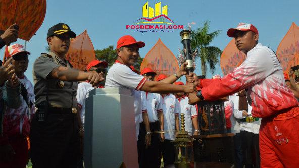 Wakil Walikota Bekasi H Ahmad Syaikhu saat menyambut Api PON XIX Jabar yang tiba di Kota Bekasi pada Sabtu, 10 September 2016, sore.[ISH]