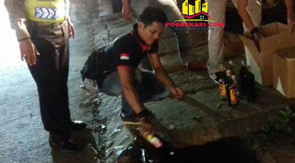 Polisi langsung musnahkan miras hasil operasi cipta kondisi yang digelar Polsek Setu.[SOF]