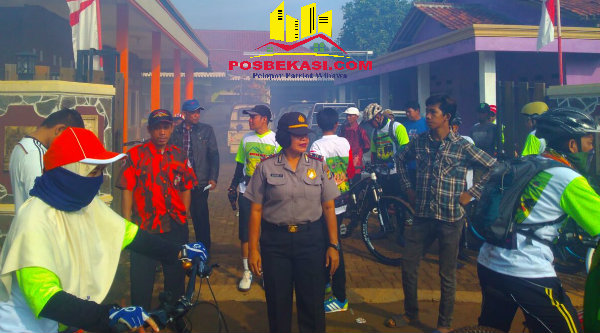Kanit Binmas Polsek Setu Iptu Dessy Yulhasri saat mengamankan jalannya peserta Fun Bike Kertarahayu.[SOF]