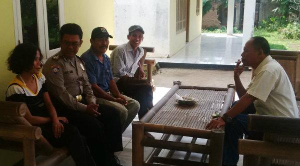 Binmaspol Desa Cibening Bripka Jaka Setiawan berhasil membawa pulang Anci Umahati setelah diamankan di Mapolsek Setu karena tidak tahu jalan pulang.[IMA]