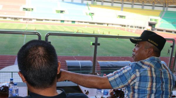 Walikota Bekasi, Rahmat Effendi, menyaksikan pertandingan sepak bola antara Sumatera Utara dengan Kalimantan Selatan.[ISH]
