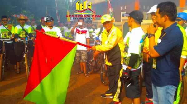 Camat Setu Adeng Hudaya dan Kapolsek Setu AKP Agus Rohmat saat melepas peserta Fun Bike Kertarahayu, Minggu 18 September 2016.[SOF]