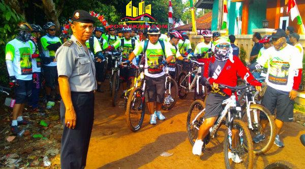 Anggota Polsek Setu membuka jalan untuk peserta Fun Bike Kertarahayu.[SOF]