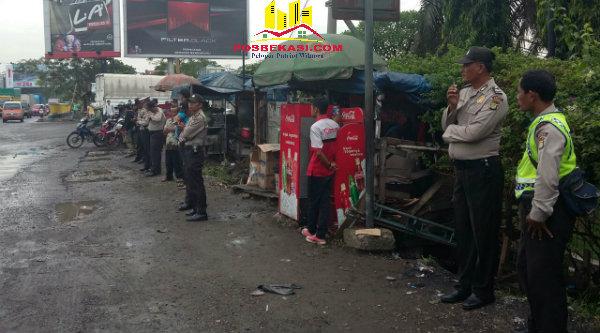 Jajaran Polsek Metro Setu mengamankan jalur lintas buruh menuju Jakarta.[RAD]