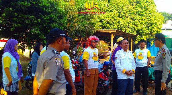 Kapolsek Setu AKP Agus Rohmat, berdialog dengan massa pendukung calon bupati sebelum menuju Kantor KPU Kabupaten Bekasi.[BEN]
