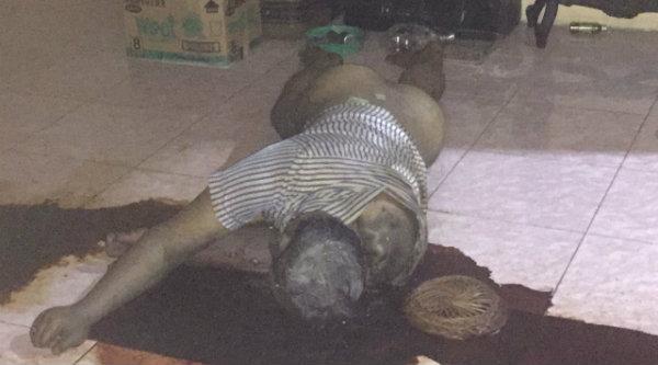 Mayat Ory Santoso Supangat yang meninggal beberapa hari mengeluarkan bau tidak sedap.[IDH]