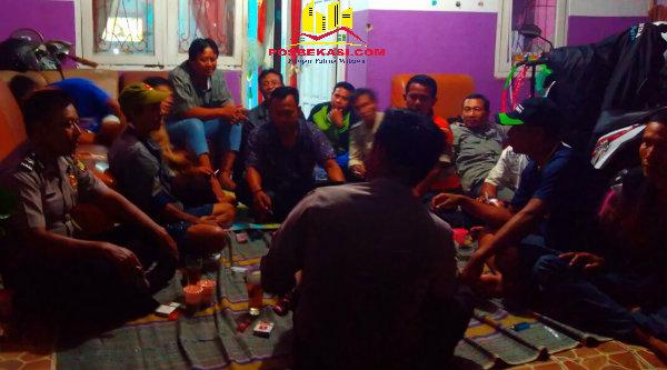 Kasi Humas Polsek Metro Setu, Aiptu Parjiman yang juga pembina Polkdar Kamtibmas bersama anggota Pokdar memutuskan untuk membawa sumbangan warga untuk korban bencana Garut.[IDH]
